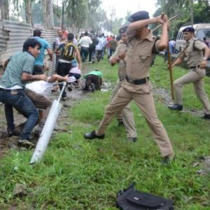 police-lathicharge-on-protester_ 0
